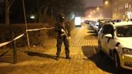 Ein bewaffneter Polizist auf den Straßen von Kopenhagen am Abend nach dem Terrorattentat in der dänischen Hauptstadt