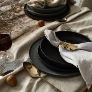 Geschirr aus lokaler Produktion, natürliche Materialien und Stoffservietten mit Struktur geben feinem Essen einen festlichen Rahmen.