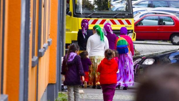 Dortmund -  Großstädte im Ruhrgebiet wie Dortmund und Duisburg erfahren einen großen Zustrom von Zuwanderern aus Rumänien und Bulgarien. Darüber hinaus bilden sich dort auch  Roma-Ghettos.