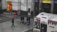 Das von der Polizia di Stato Questura di Milano veröffentlichte Foto zeigt Bilder einer Überwachungskamera. Der mutmaßliche Berliner Attentäter Anis Amri hatte auf seiner Flucht auch den Bahnhof von Mailand passiert.