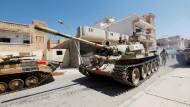 Ein Panzer der Regierungstruppen rückt gegen den IS vor.