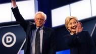 Gute Miene nach dem Duell: Hillary Clinton und Bernie Sanders nach der der jüngsten Fernsehdebatte in Florida.