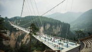 Längste Glasbodenbrücke der Welt in China eröffnet