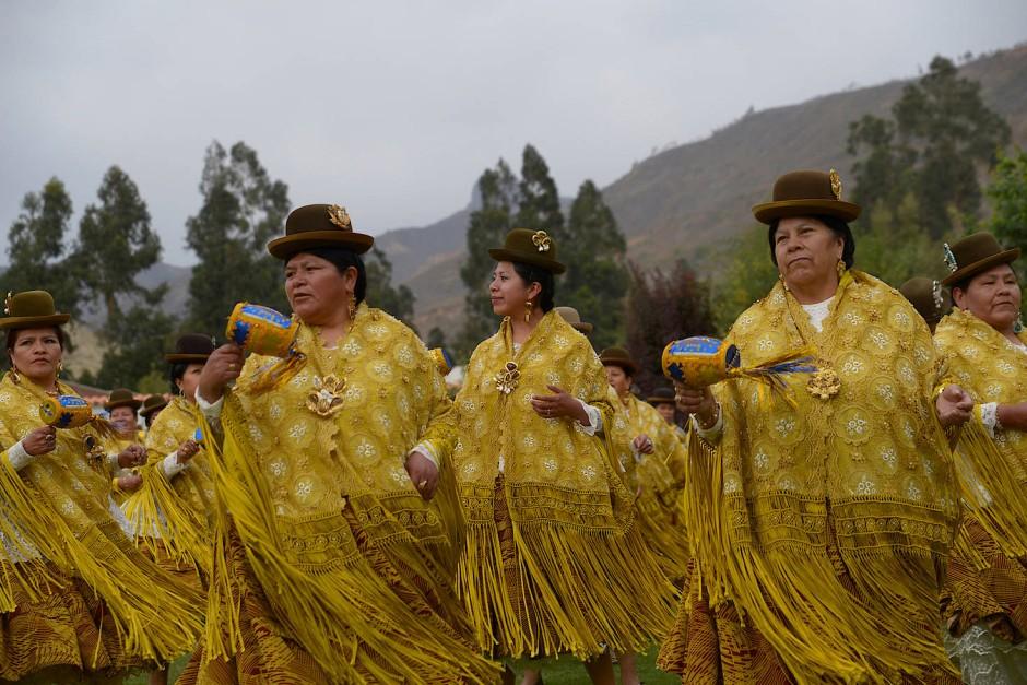 """Mitglieder der """"Morenada Tanz""""-Gruppe nehmen in den Bergen außerhalb von La Paz ein Musikvideo auf."""