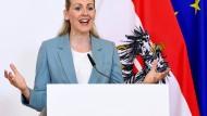 Christine Aschbacher, die zurückgetretene Arbeitsministerin Österreichs, bei einer Pressekonferenz im Frühjahr