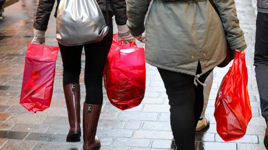 Dieser Anblick wird seltener: Einkaufstüten aus Plastik in der Fußgängerzone.