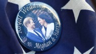 Schau mir in die Augen: Harry und Meghan auf einem Sovenir-Pin
