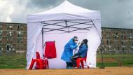 Johannesburg: Ein medizinischer Mitarbeiter testet einen Bewohner des Townships Alexandra auf Corona