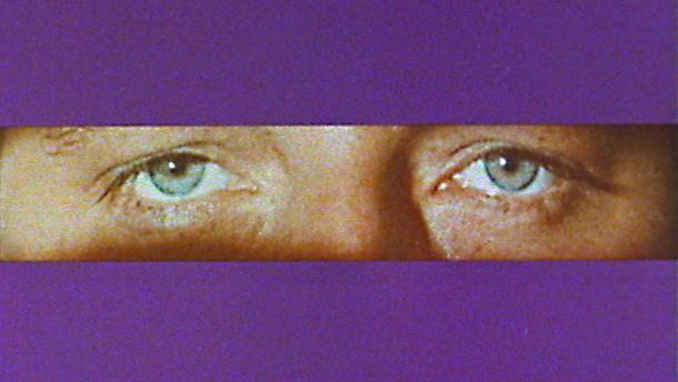 Devot brunette Mädchen gibt einen Kopf, um Ihr die Augen verbunden Bolzen