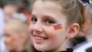 Ein Kind feuert Deutschland an: In der Studie der Bertelsmann-Stiftung geht es um die Zukunftsfähigkeit der Politik.
