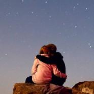Ob die beiden auch an Horoskope glauben? Ein junges Paar betrachtet auf dem Großen Feldberg bei Frankfurt am Main den Sternenhimmel.