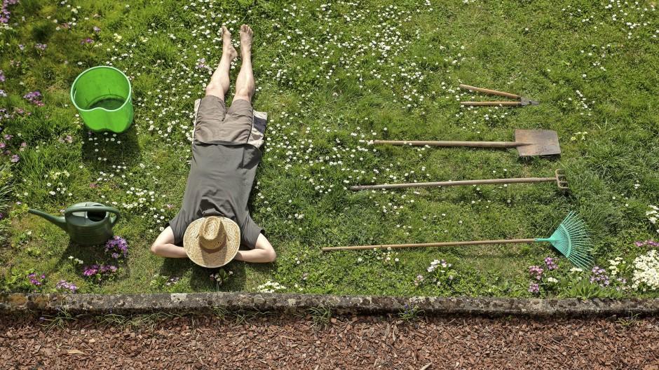 Träumen vom frühen Ruhestand: Nach der Gartenarbeit ein Nickerchen in der Sonne