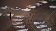 Umstrittenes Kunstprojekt zeigt Flüchtlingsgräber vor der Semperoper