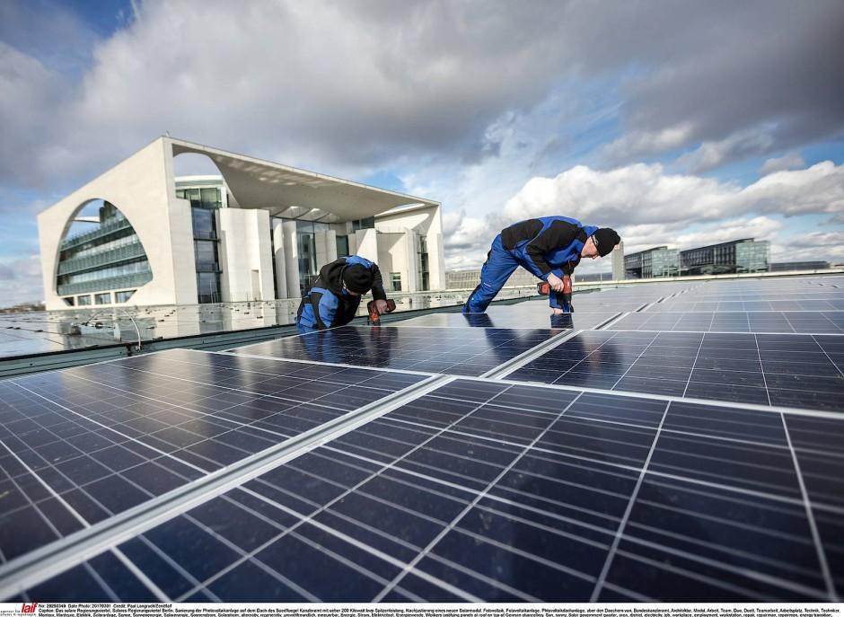 Solarstrom für die Kanzlerin: Doch ihre Regierung müsste mehr tun, damit die weiterhin enormen Kosten der Energiewende dem Standort nicht schaden.