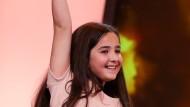 Die Jungschauspielerin Hanna Saeidi, Nichte von Jafar Panahi, stemmt den Bären nach oben