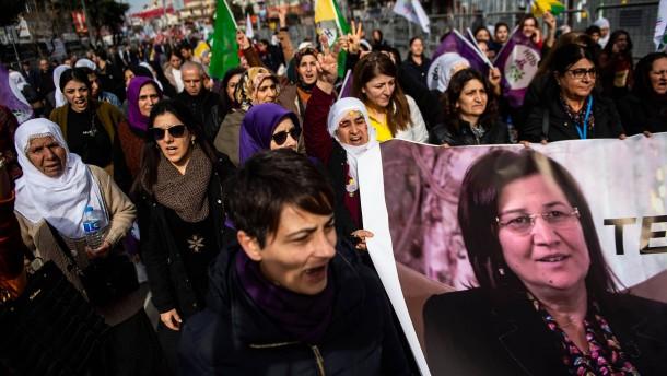 HDP-Anhänger protestieren in Istanbul für Abgeordnete im Hungerstreik