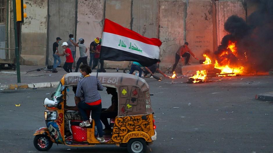 Im Dienst des Protests: Ein Minitaxi am Montag in Bagdad