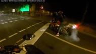 Posen mit einem anderen Motorradfahrer: Ein bisschen die Reifen durchdrehen lassen und die Stärke seiner Maschine demonstrieren