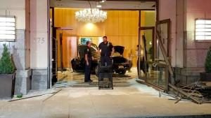 Auto rast in den Trump-Plaza
