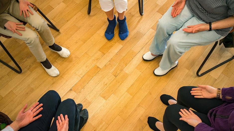 Wenn sich Gruppen treffen wollen, ist es oft schwer, genügend Abstand zueinander zu halten (Archivbild)