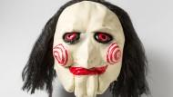 """Mit einer solchen """"Jigsaw"""" Maske lauerte Kevin M. dem Opfer in ihrer Wohnung auf"""