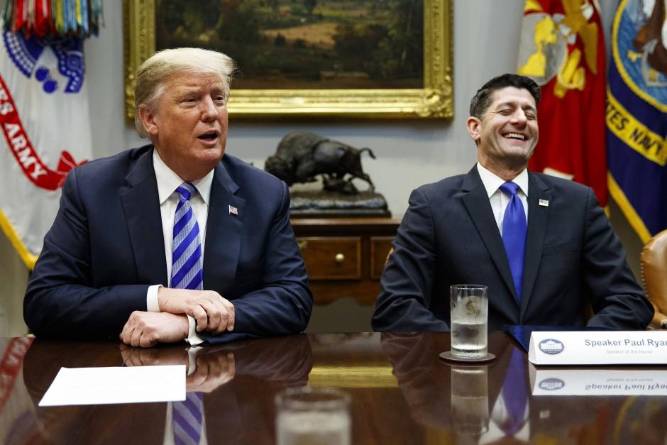 Präsident Donald Trump (l) und Paul Ryan bei einem Treffen im Weißen Haus