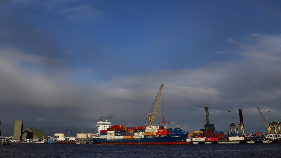 Ein Frachtschiff wird im Dubliner Hafen beladen.