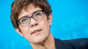 Kramp-Karrenbauer: Soli-Abschaffung vorziehen
