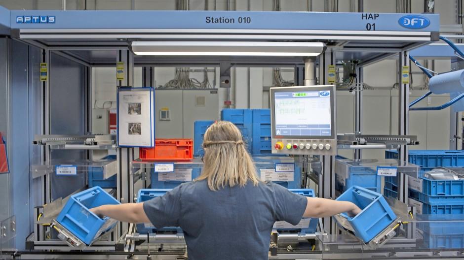 Arbeiterin in einer Fabrik von Knorr-Bremse in Aldersbach