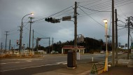 Abends verlassen die Arbeiter die Stadt: Straßenkreuzung an der Nationalstraße 6 in Naraha, Präfektur Fukushima.