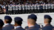 Soldaten beim Gelöbnis auf dem Paradeplatz des Bundesministeriums der Verteidigung