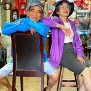 Die 84 Jahre alte Hsu Hsiu-e und ihr 83 Jahre alter Mann Chang Wan-ji posieren in ihrer Wäscherei in Kleidung, die Kunden bei ihnen vergessen haben.