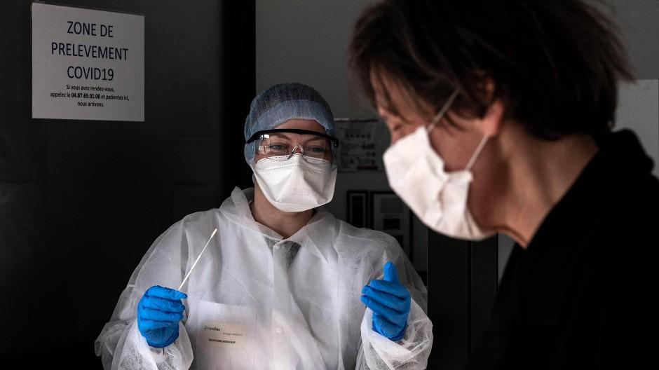 In einem Eurofins-Labor in Villeurbanne wird eine Covid-19-Probe entnommen.