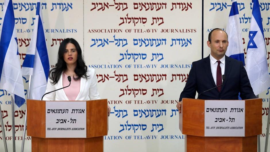 Die israelische Bildungsministerin Naftali Bennet und Justizminister Ayelet Schaked bei einer Pressekonferenz in Tel Aviv