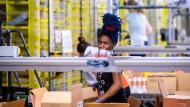 Macht bald eine Maschine die Arbeit dieser Frau in einem Amazon-Logistikzentrum in New York?