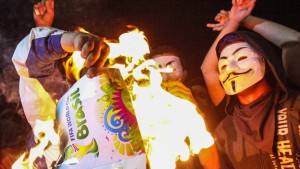 WM-Pokal geht in Flammen auf