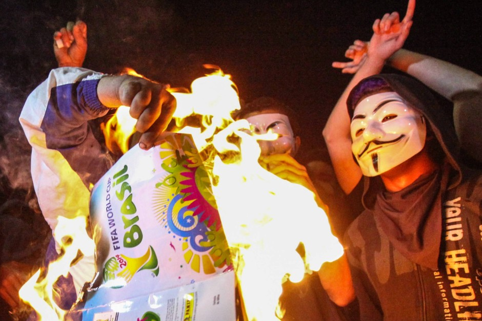 proteste in brasilien wm pokal geht in flammen auf. Black Bedroom Furniture Sets. Home Design Ideas