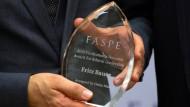 """Heiko Maas nimmt in New York den """"Posthumous Ethics Leadership Award"""" für den hessischen Generalstaatsanwalt Fritz Bauer entgegen."""