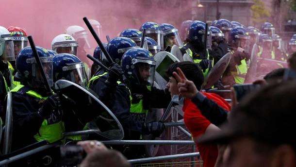 Zusammenstöße zwischen Rechtsextremen und Polizei