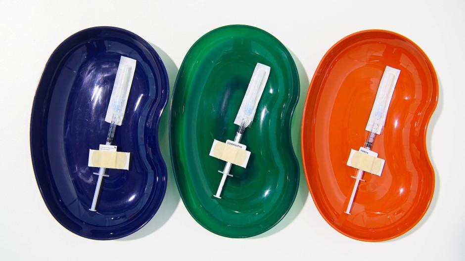 Spitzen mit den drei Corona-Impfstoffen von AstraZeneca, BioNTech/Pfozer und Moderna.