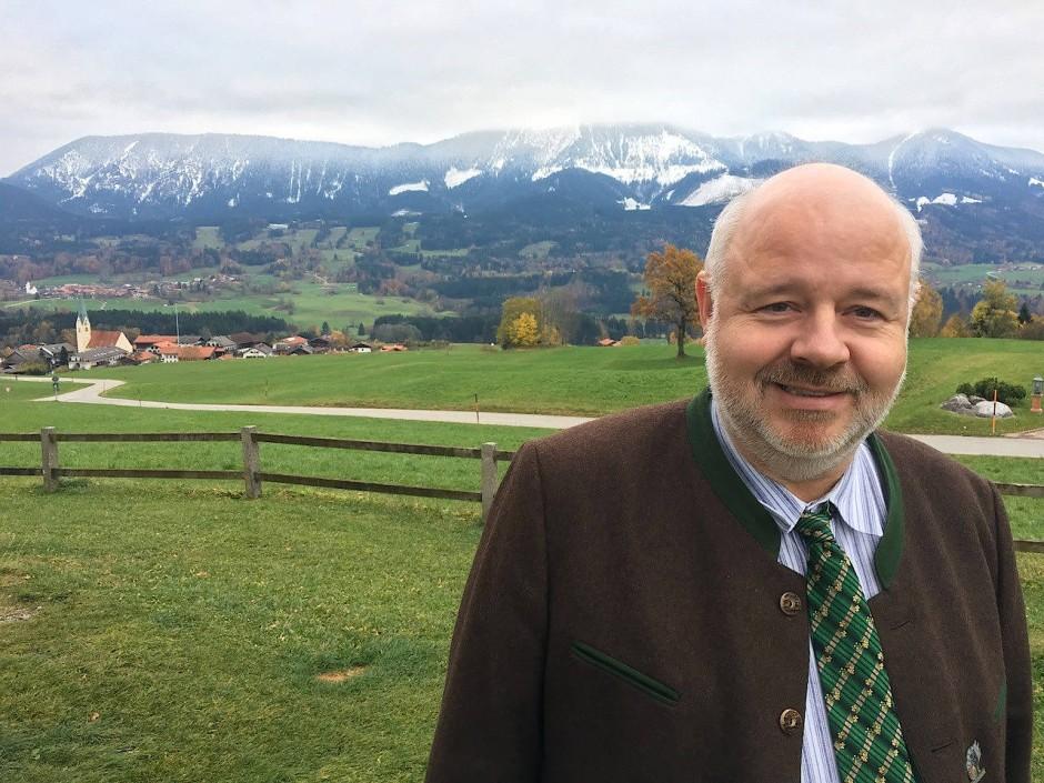 Bayern zuerst: Florian Weber, Vorsitzender der Bayernpartei, vor Alpenkulisse.