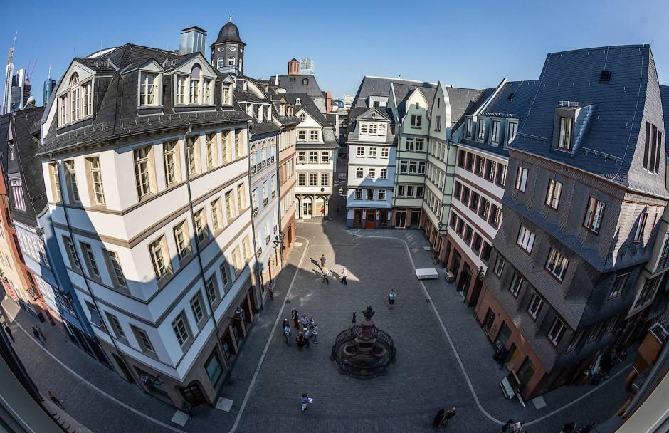 Von einem Dachfenster ergibt sich ein Blick auf den Hühnermarkt im Herzen der Frankfurter Altstadt.
