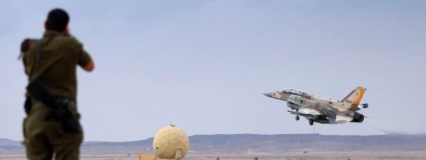Ein israelisches Kampfflugzeug hebt bei einer Übung Anfang Dezember von einem Stützpunkt in der Negev-Wüste ab