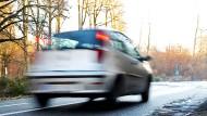 Auf und davon: In Darmstadt hat der Ehemann auf der Motorhaube eine Frau nicht davon abgehalten, einfach los zu fahren.
