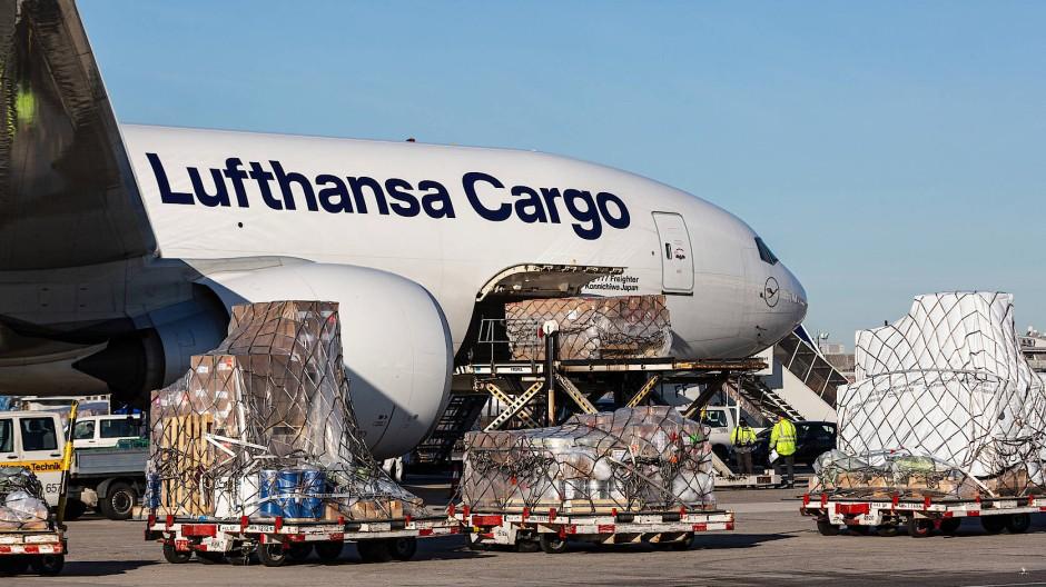 Hoffnungsträger: Am Frankfurter Flughafen wird ein Frachter der Lufthansa vom Typ Boeing 777 beladen.
