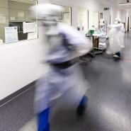 Ein Krankenpfleger läuft über einen Flur auf der Intensivstation am Universitätsklinikum Schleswig-Holstein in Kiel.