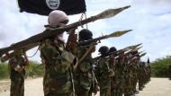 Das Archivbild aus dem Oktober 2010 zeigt Kämpfer der Al-Shabaab-Miliz.