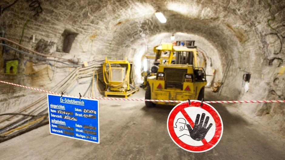Arbeitsmaschinen stehen im Erkundungsbergwerk Gorleben hinter einer Absperrung.