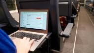Im Großraumwagen: Nicht immer sind beruflich Reisende besonders diskret.