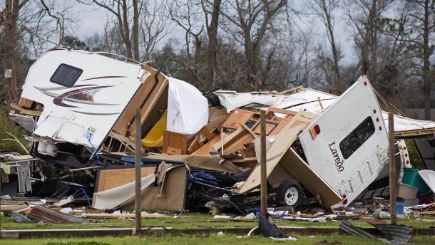 Schwere Schäden nach heftigen Tornados